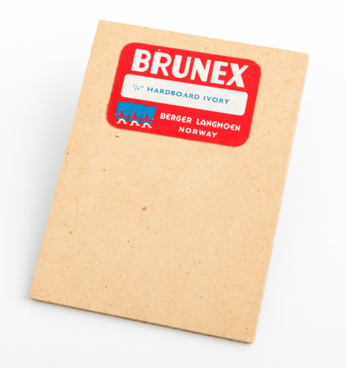 """En rektangulær trefiberplate (wallboardplate), vareprøve, på 9,9 cm x 7,4 cm. Plata har en glatt framside og en mer ru bakside. På vareprøvas ene side gjenifnnes en påklistrert etikett med firmaets logo og denne teksten: Brunex, 1/8"""" hardboard ivory Berger Langmoen Norway."""