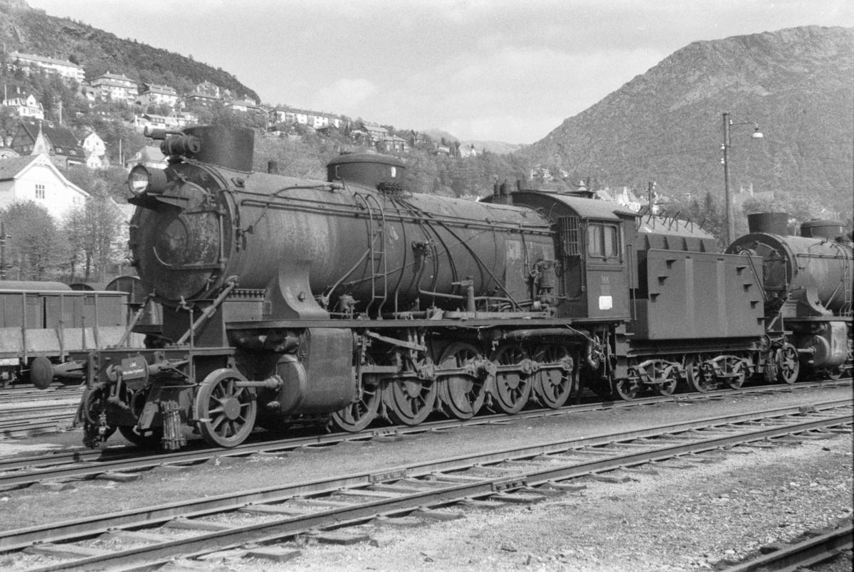 Utrangert damplokomotiv type 39a nr. 166 på Bergen stasjon.