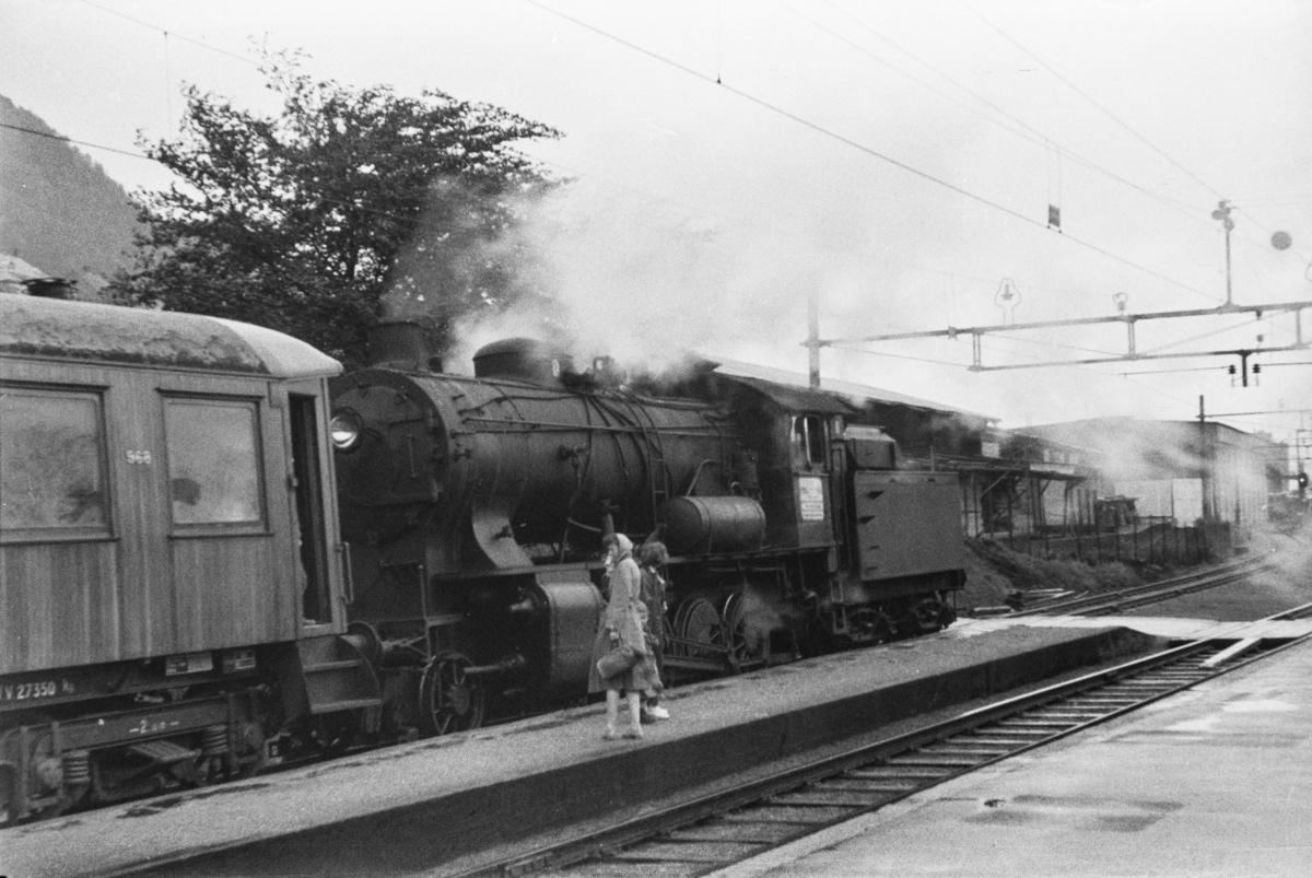 Damplokomotiv type 33a nr. 300 med persontog på Minde stasjon. Første vogn i toget er litra Bo4b type 3 nr. 968.