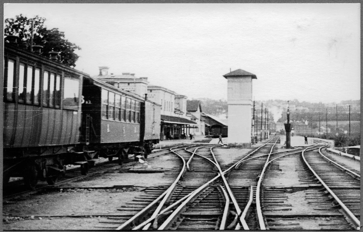 Närmast står Statens Järnvägar, SJ Bo7 2812 vilken 1930 byggdes om från kunglig vagn till spårundersökningsvagn. Därefter står en litt C4 så kallad lejonbur och sist i raden en fångvagn litt E1c av 1902 års modell.