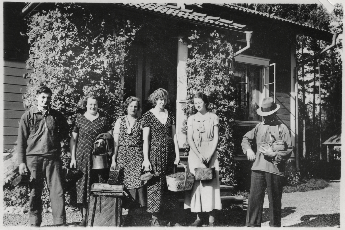 Bärpkockarlaget nyss hemkomna från Skatfallet. Från vänster: Per-Ols Erik Hansson, Västbyggeby och systrarna Astrid, Siri, Ingrid och Ingeborg samt Oskar Rapp.
