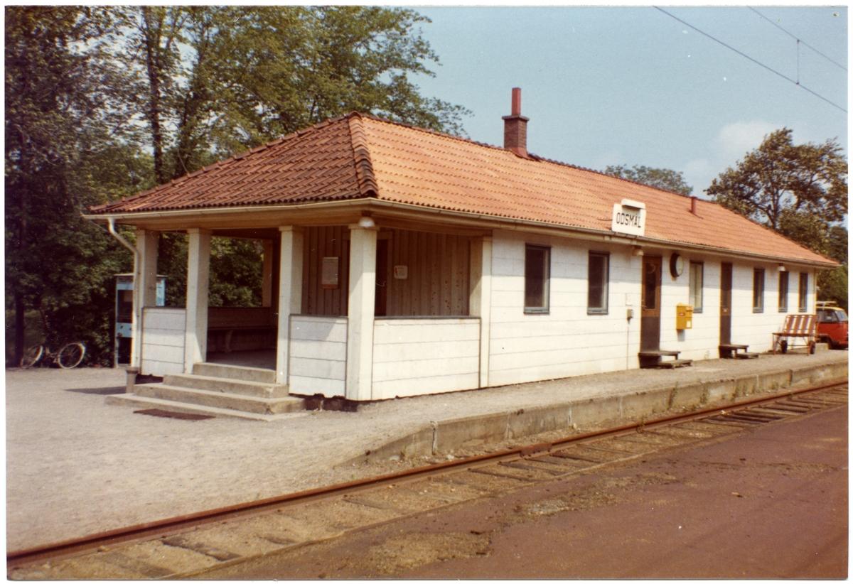 Stationen anlades som hållplats 1905. Trafikplats 1933 och station 1946. Envånings stationshus i trä.