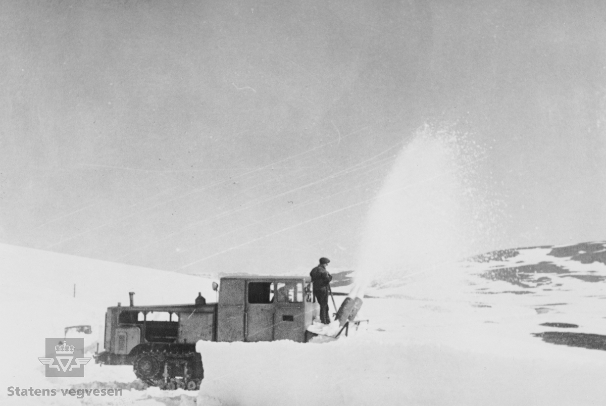I 1928 ble det åpnet veg over Hardangervidda fra Eidfjord til Haugastøl. Strekningen Geilo – Haugastøl stod ferdig i 1938. Vegen over vidda var vinterstengt fram til 1940. Åpningen skjedde normalt ved St. Hans. Under krigen 1940 – 1945 brukte tyskerne store ressurser på å holde vegen åpen hele året. Blant annet hadde de et stort antall tunge snøfresere til disposisjon. Etter 1945 ble igjen Hardangervidda vinterstengt i mange år framover. De tyske snøfreserne ble overtatt av Statens vegvesen og brukt videre hver vår ved åpning av Hardangervidda. De gikk gradvis ut av bruk fram til 1980. Den siste har overlevd og er plassert på Norsk vegmuseum Labro.   Her er en «Peterfres» i arbeid med hjelpemann foran. Mest sannsynlig er bildet tatt etter 1945.