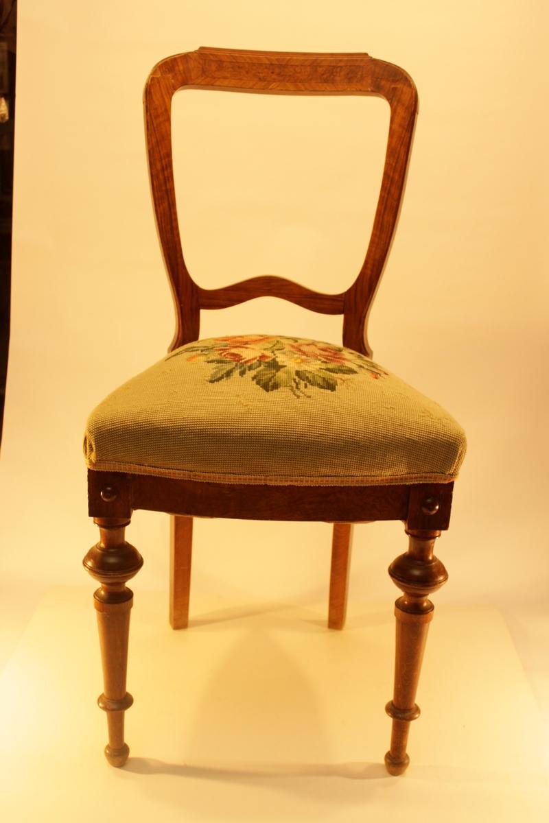 Stoppad stol med spiralsits. Broderad i petit points. Mönster av rosor och andra blommor mot en ljus botten.