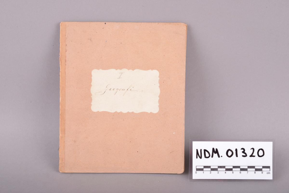 Rektangulært hefte med håndskrevet innhold. Omslag av tykt papir. Sidene er stiftet sammen i ryggen. Ulinjerte ark. Håndskrevet tekst gjort med svart blekk. Inne i heftet ligger et løst ark med påskrift i svart blekk. Arket er en regning eller et regnskap fra Hr. Bestyrer Finck til Elen Gundersen, datert 1899.