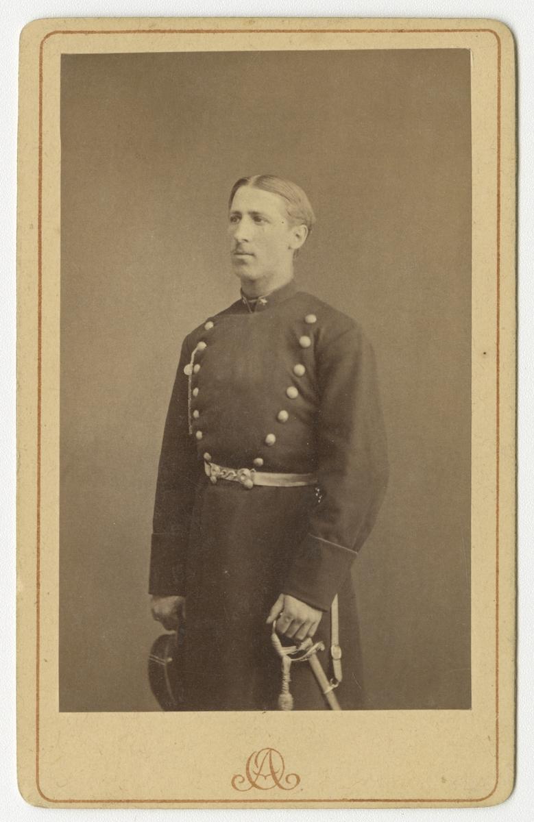 Porträtt av Hugo Axel Johan Ziegler, underlöjtnant vid Värmlands regemente I 22.  Se även bild AMA.0009319, AMA.0009452 och AMA.0009454.