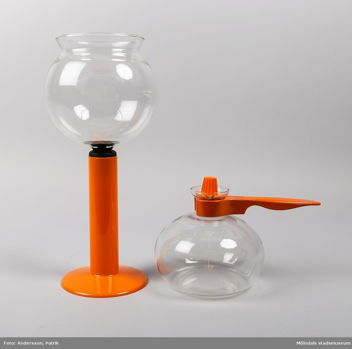 """Kaffebryggare av vakuummodell, som i Sverige går under benämningen """"Don Pedro"""".   Bryggaren består av två glaskärl. Det ena kärlet är en rund kanna med orange handtag. Till kannan finns ett orange lock, som används efter att kaffet är klart för att behålla värmen.   Det andra kärlet är en rund skål med ett rör i botten. Runt röret sitter en svart gummiring. I botten på skålen (i mynningen på röret) sitter ett plastfilter med fjäder och kula för att ta tag i och lossa vid diskning. Till skålen med röret medföljer en orange ställning att placera kärlet i. Glaskärlen är ömtåliga och går lätt sönder när det ska diskas.  För att brygga kaffe hälls vatten i bottenkupan och malt kaffe i överkant. Bryggaren ställs sedan på en spisplatta. Detta kokas tills sista dutten vatten har kokat slut, cirka 1 - 3 minuter. När vattnet kokar, bildas ett övertryck i kannan och vattnet trycks upp till skålen där det blandas med det malda kaffet. När bryggaren avlägsnas från värmekällan och sätts i plaststället, kyls kannan av, varvid ett undertryck uppstår, då börjar kaffet sugas tillbaka till underkannan. Sedan är det klart för servering.  På 1840-talet tog fransyskan Marie Fanny Amlene Massot i Lyon patent på denna bryggmetod, men under namnet Madame Vassieux.  År 1959 lanserades Don Pedron i Sverige som """"Nilsjohan Don Pedro""""."""