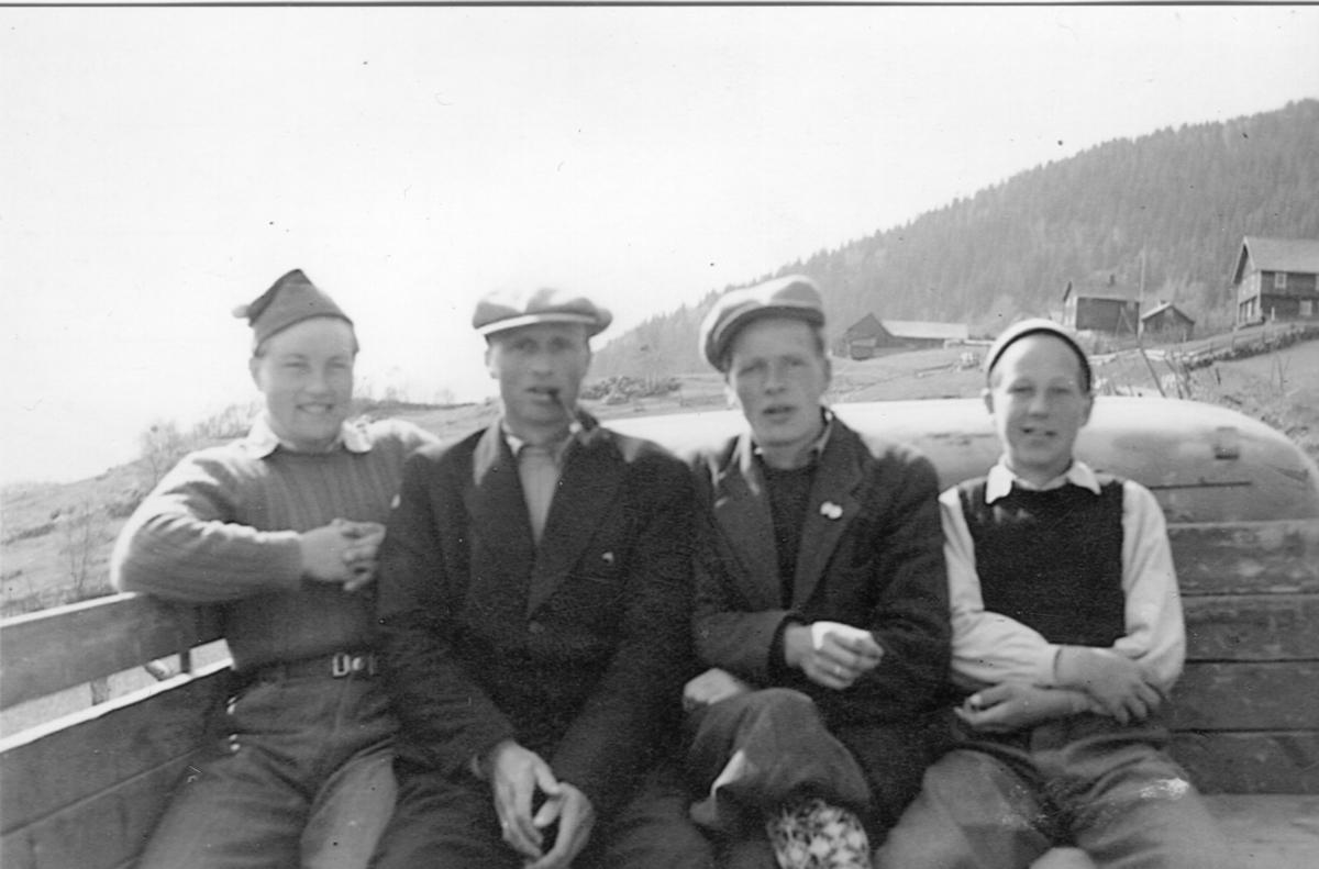 Fire staute karar bak på lasteplanet ca. 1953.Ola Ødegård, Ola Th. Ellestad, Endre Rudi og Oddvar Hovda.