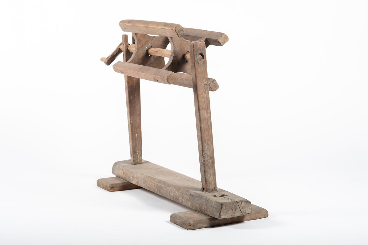 Kabben står på en kabbestol. Det er et stativ bestående av en solid grunnstokk, som ligger på to planker. På grunnstokken er det montert to paralelle, vertikale stolper, hvorav den ene er formet som en gaffel med to tinder, mens den andre har et hull. Selve kabben tres på en trepinne, som har sveiv i ene enden. Dermed kan den monteres på stolen. Trepinnen er rund der hvor den ligger mellom tindene på den ene vertikale stokken, og sveiva stikker ut på andre siden. Det mangler en tapp som skal låse sveivepinnen.