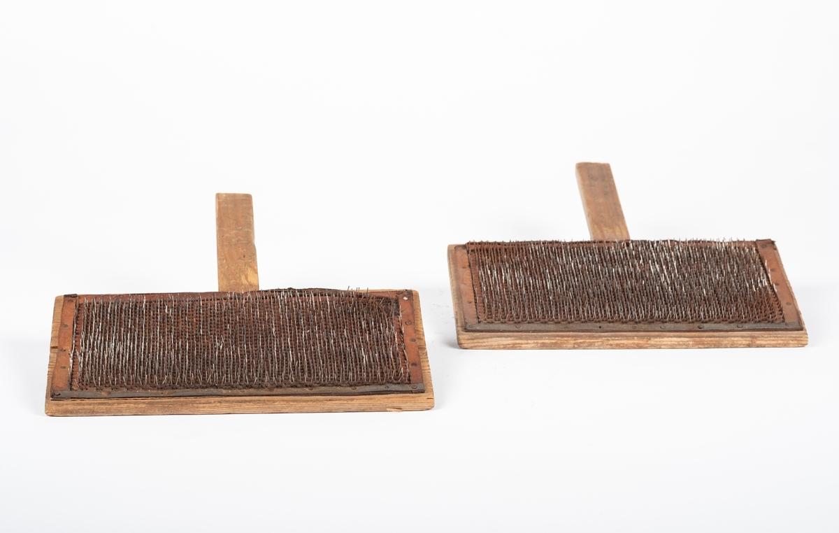 Kardene består hver av et trestykke med innfelt håndtak og med lærstykke fulle av små metallstenger som er festet til trestykket. På det ene håndtaket er det skrudd fast en krok.