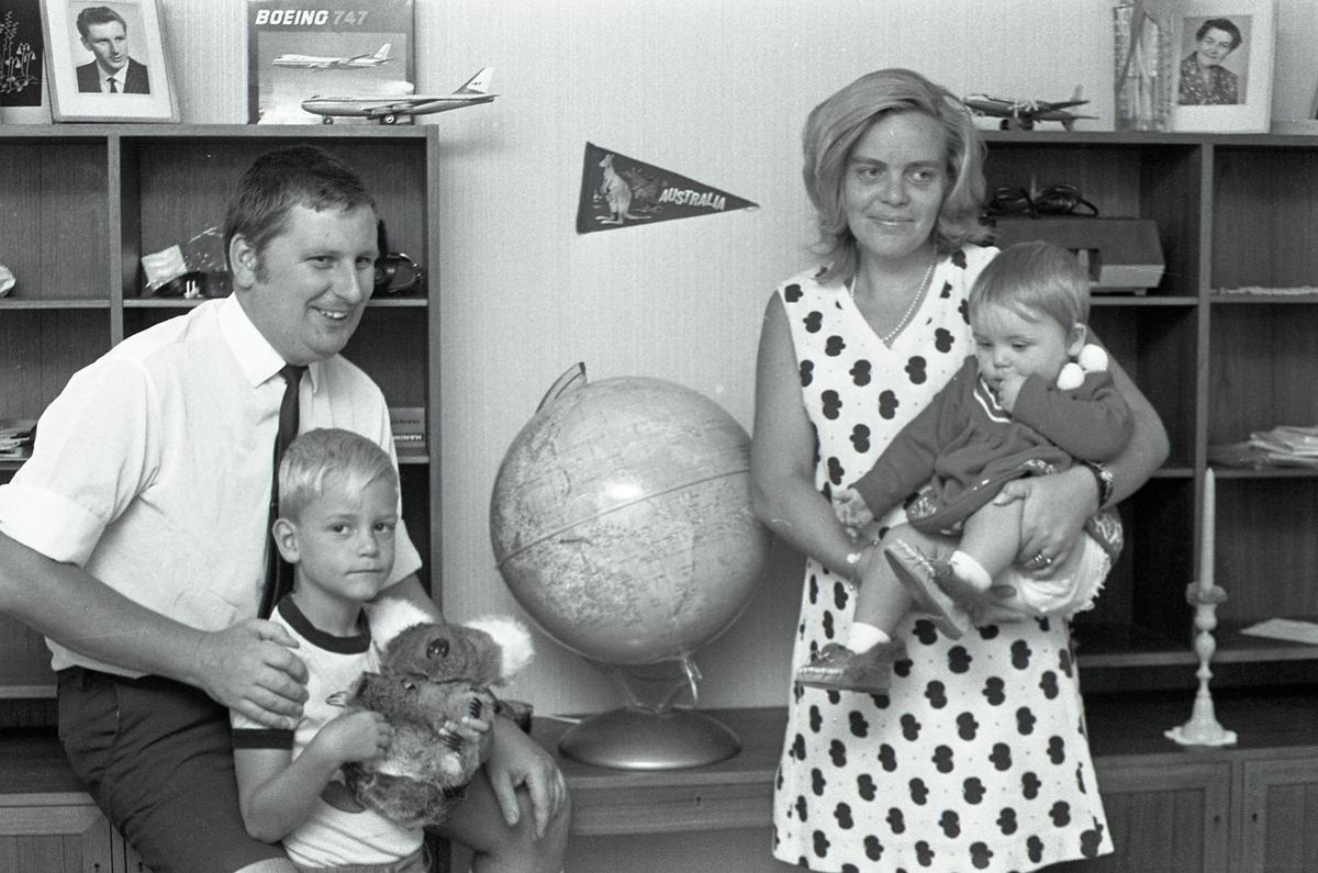 Sven-Erik Brohlin med familj. Vardagsrum med bokhylla. Flygplan och jordglod.