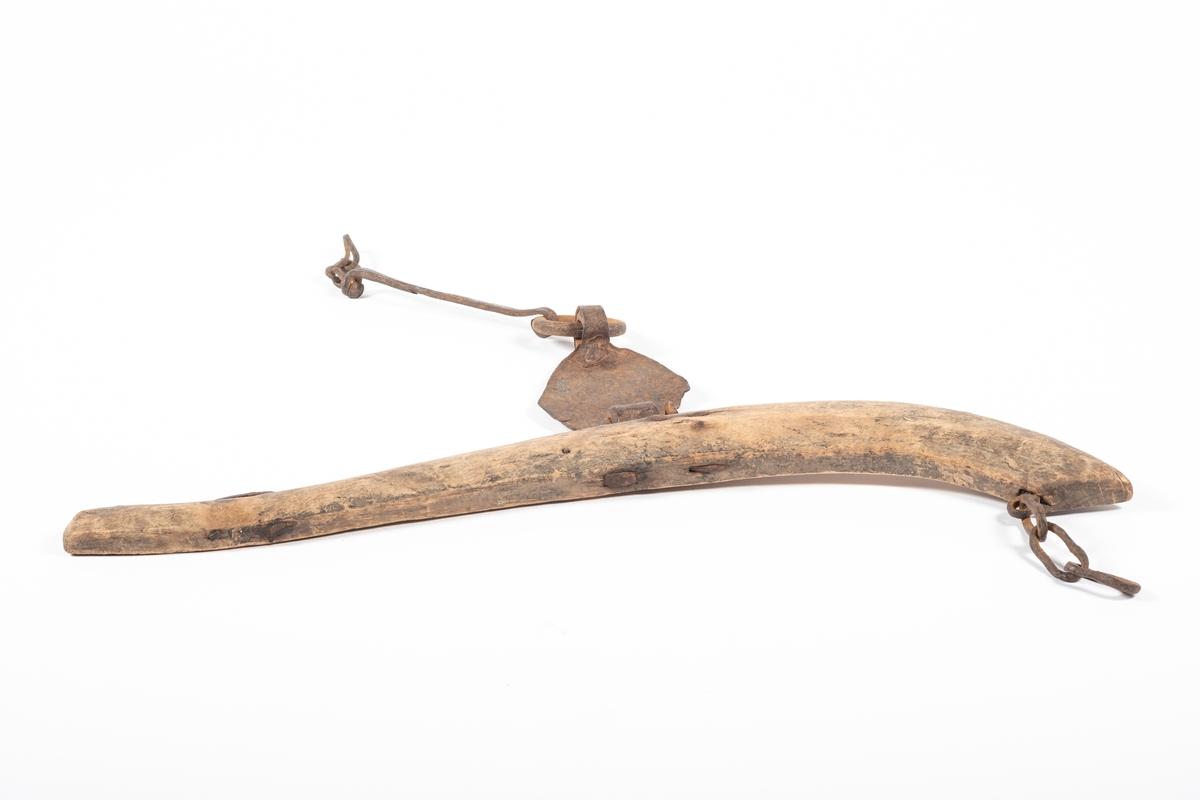 Bogtreet har en buet form som er kraftigere i den ene enden enn den andre. Midt på, og på yttersida av svingen, sitter det et jernbeslag med en ring og en stang hengende på, og ytterst på disse henger deler av en jernlenke. I den bredeste enden av bogtreet er det festet en krok, som det henger deler av en jernlenke i. Og ved den smaleste enden sitter det en firkantet jernkrok.