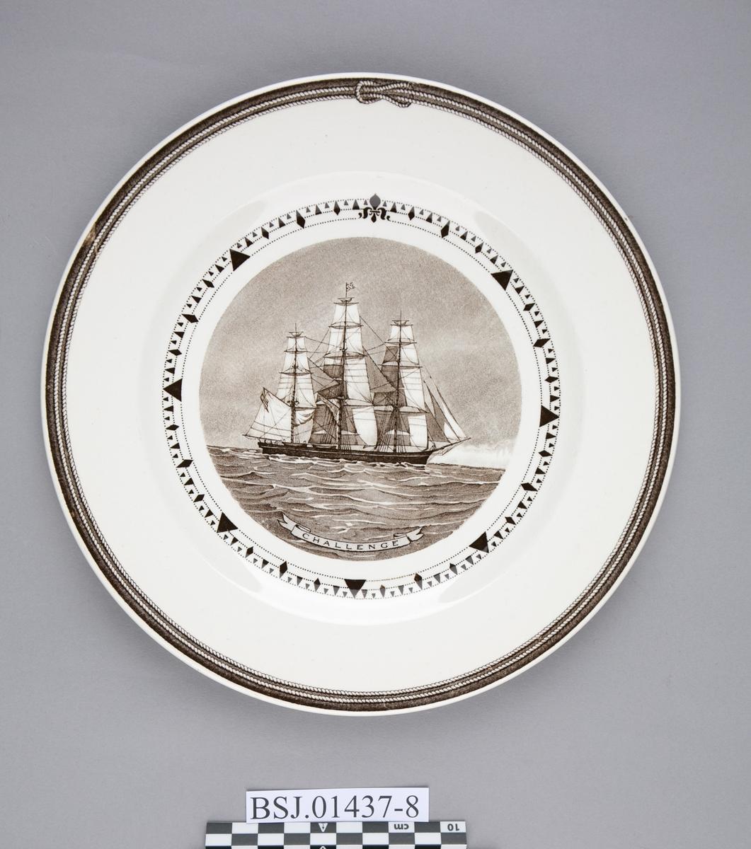 Tallerken med motiv av CHALLENGE, amerikansk klipper skip