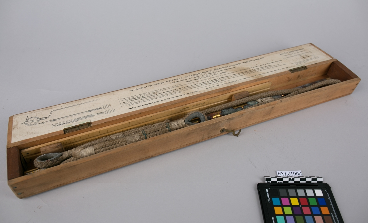 Wigzells dybdemåler. Dybdelodd for sjø. Lodd med tau i transportkasse med linjal. Loddeinstrument for måling/lodding av dybde i sjø.