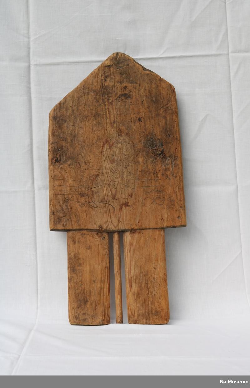 """Form: Som gavlen på eit hus, står på 3 """"bein""""."""