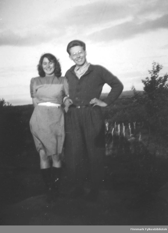 To personer fotografert ute på et jorde. De er Elsa Persen og Samuel Mathisen. Stedet er ukjent.