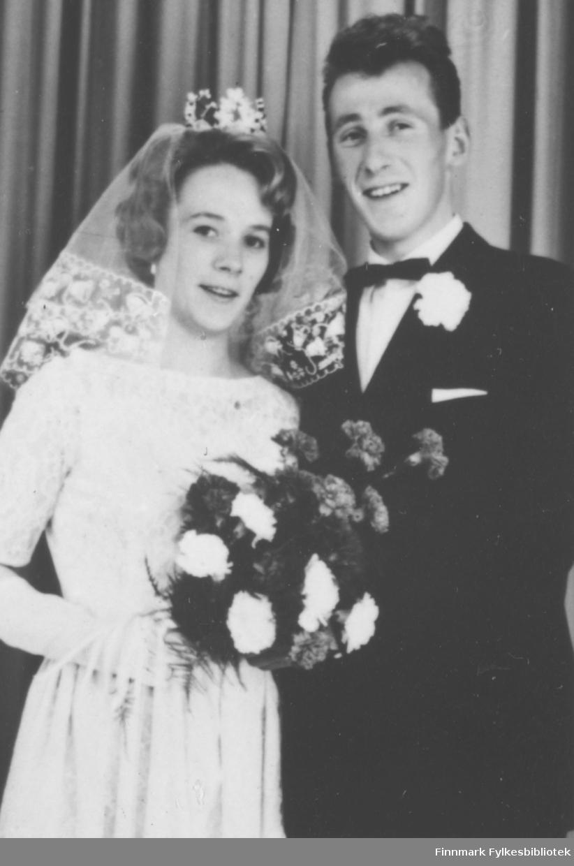 Brudebilde av Annbjørg Kristoffersen og Johnny Myrvang. Stedet for bryllupet er ukjent.