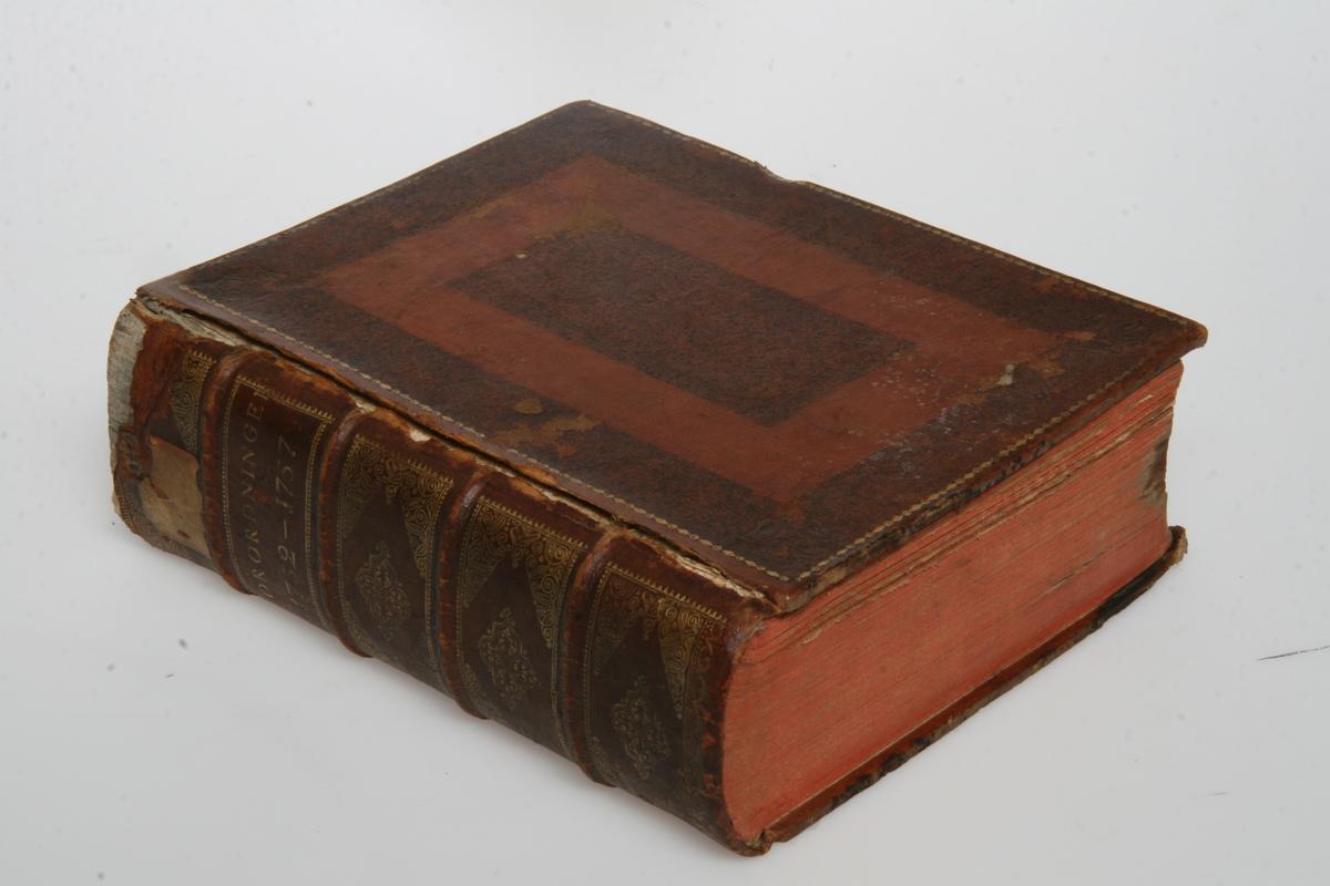 """Innbundet i skinn med gulltrykk. """"Kong Friderich den Femtes allernaadigste Forordninger og Aabne Breve"""" 1752-1757. København u.å."""