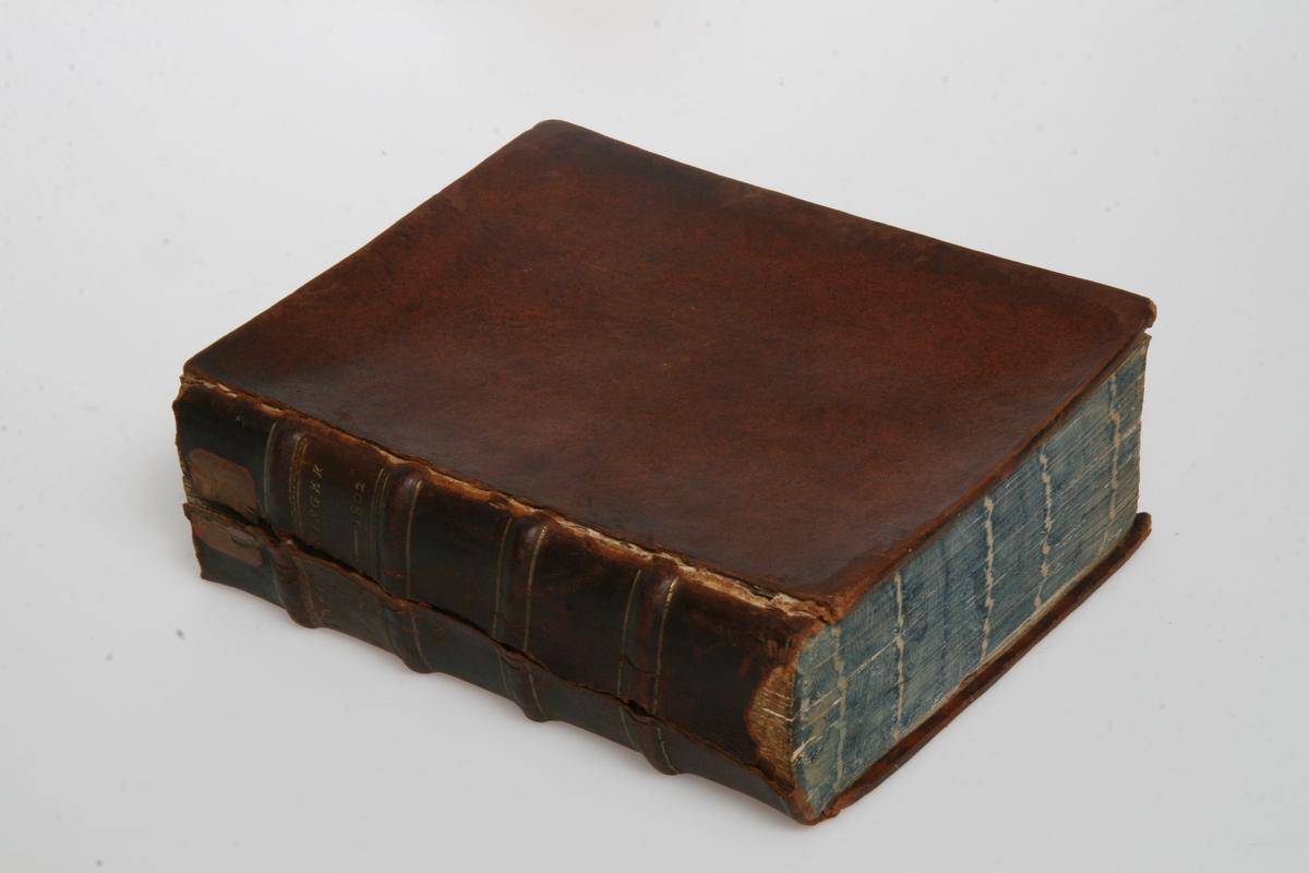 """Innbundet i skinn med gulltrykk. """"Kong Christian den Syvendes allernaadigste Forordninger og Aabne Breve"""" 1800-1802. København u.å."""