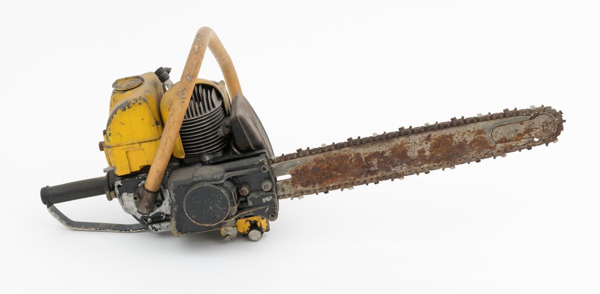"""Motorsag av typen Partner R11 beregnet for en person, enmannssag. Saga har påmontert sverd, sagkjede (skovltannkjede). Sverdet på denne saga er langt, 22"""" (cirka 55 cm). Saga ser for registrator ut til å være tilnærmet komplett, men preget av en del rust (sverd, sagkjede, eskospotte) og vekkslitt lakk (motordeksler og sagkropp).    Sags komponenter er i hovedsak utført i stål, aluminium og presstøpte metallegeringer. Fremre og bakre håndtak er polstret med gummi. Saga har stående sylinder med eksospotte, lydpotte, (lyddemper) i front. Bensintanken er plassert rett bak sylinderen. Rett under tanken er sagas luftinntak (luftfilter). Forgasseren (membranforgasseren), gjenfinnes også rett under bensintanken. Chokehendel og gasshendel (også funksjon som clutch) er plassert rett bak forgasseren ved det bakre håndtaket, betjenes med tommelfinger. På venstre side av saga, utenpå starthuset, er oljepumpa plassert. Pumpa er forbundet med oljetanken på undersiden av sagkroppen. Påfylling av kjedeolje skjer  på høyre side nede på sagkroppen. Sagas totaktsmotor krever oljeblandet bensin i blandingsforholdet 1:20.   For å underlette når saga brukes til kvisting, er den fremre håndtaksbøyle  utstyrt med en metallsylinder (rull) nederst inn mot sagkroppen.   I bakkant, på undersiden av det bakre håndtaket, er det påmontert en metallbøyle som gir saga støtte når den settes på bakken eller et annet underlag.   Ut fra medfølgende påskrevet lapp til SJF.13942 og andre kilder, har SJF.13943 disse tekniske spesifikasjonene: Motor: Totaktsmotor Sylindervolum: 90 kubikkcentimeter. Ytelse: Yter 5 hestekrefter ved 6000 omdreininger per minutt. Vekt: 9,3 kg (10,9 kg med 15"""" sverd og fulle tanker)  Drivstofftank: 0,9 liter. Oljetank: 0,5 liter.  For en teknisk beskrivelse av saga se vedlagt fil under fanen """"Referanser til filer""""."""