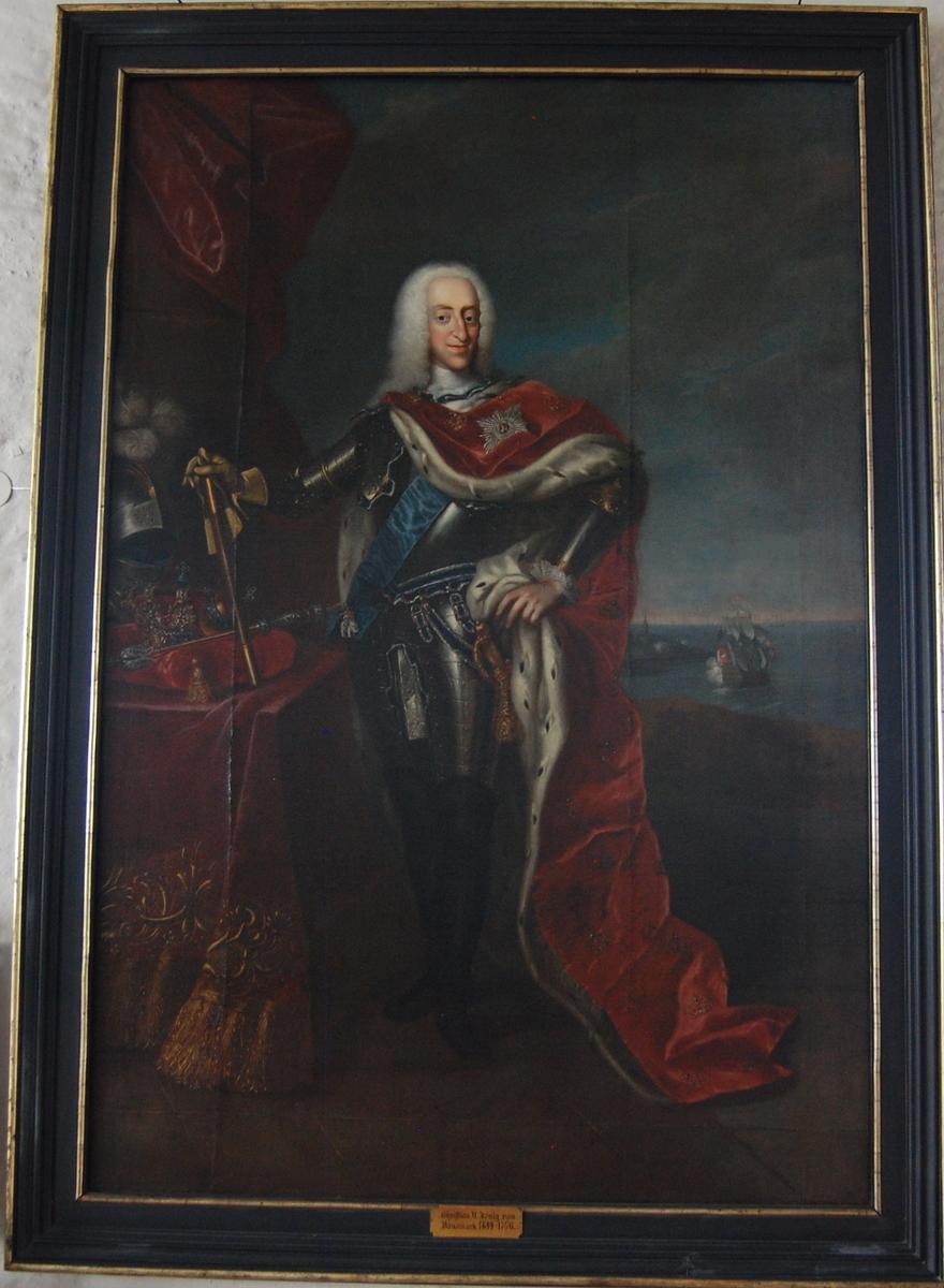 Portrett i helfigur av Christian VI ikledd rustning med rød kappe med hermelinpels. Sjølandskap i bakgrunnen.