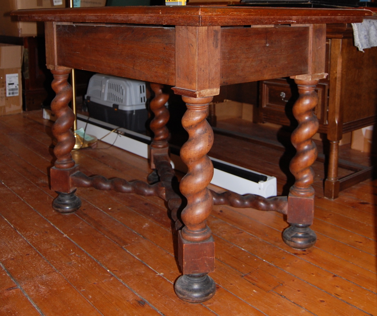 Bord med dreide bordben. Sprekk i bordplaten.