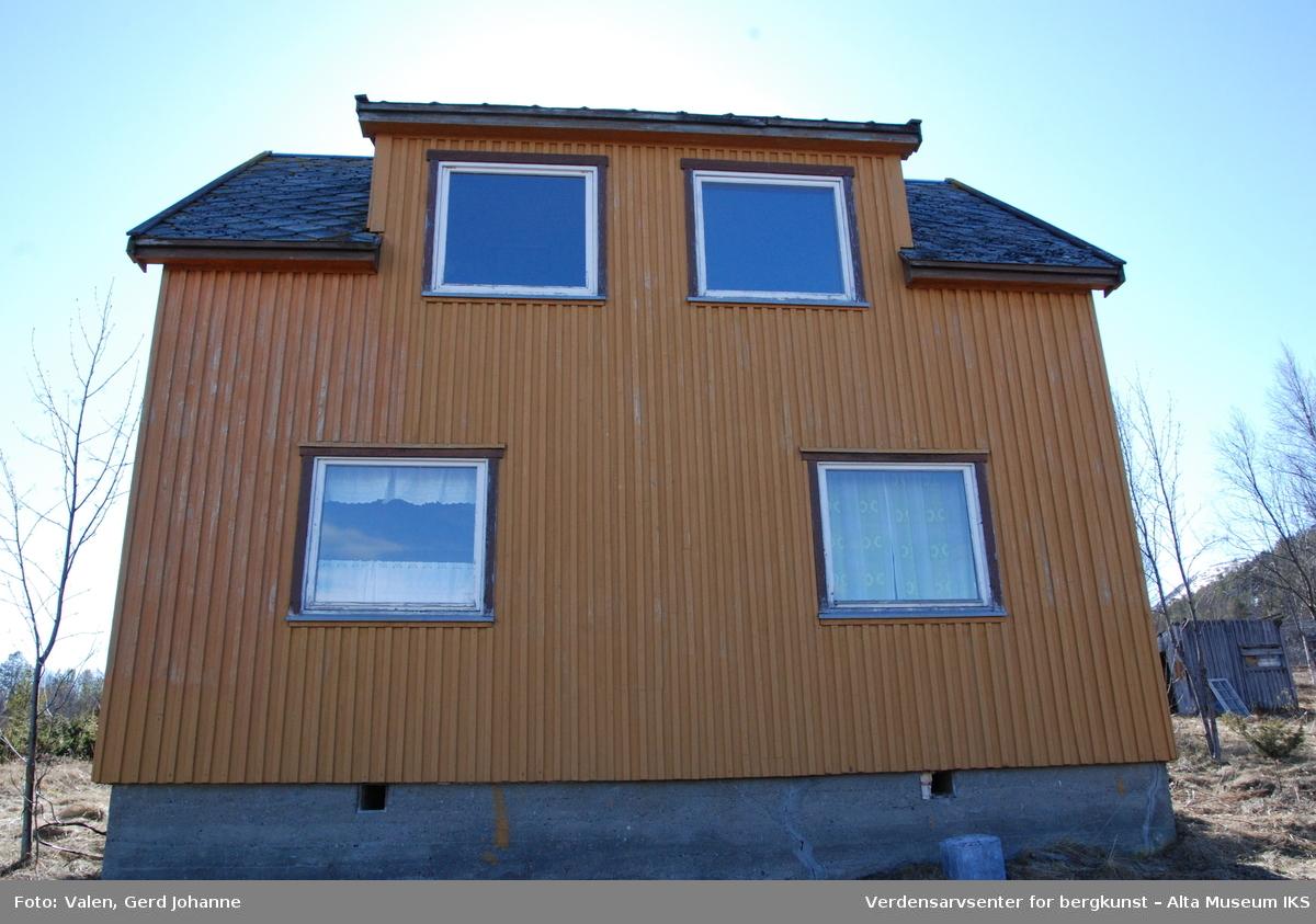 Olufsenhuset er et typisk gjenreisningshus, slik de ble bygd på slutten av 40- og begynnelsen av 50-tallet. Grunnplanen kan ligne på type 201 fra boligdirektoratet, med et senere tilbygg mot syd, som i dag utgjør entre med trapp til 2. etasje. Huset er bygd i 1,5 etasje med saltak på rundt 45 °. Det er satt sammen av en rektangelformet grunnplan med saltak og med et senere tilbygg mot syd også med saltak (90 grader på hoveddelen). I takflaten mot nord på hoveddelen er et sekundært takopplett. I dagens situasjon inneholder 1. etasje entré med trapp til 2. etasje, en liten gang, kjøkken med kott og stue. Fra kjøkken går lem i gulvet med trapp til liten potetkjeller. 2. etasje inneholder foruten trappegangen, tre kott og to soverom samt et lite blindloft. Huset er sannsynligvis satt opp i plankelaft. Utvendig er taket kledd med skiferheller i ruteform, kalt ruteheller eller firkantheller. Huset er kledd med stående panel i en form for lektepanel, der underliggerne er glattpanel med not og fjær og overliggeren er smale lekter. Ingen vinduer er originale. De er fra litt forskjellig tid, men er alle av typen «husmorvinduer» uten sprosser. Innvendig er veggene kledd med stående faspanel både i vegger og tak. Panelet har en liten fas, det vil si vinkel, på hver side som skaper en skyggeeffekt på veggen. Dette er også kalt Geyfus. Huset har en pipe, sentralt plassert i huset. Boligen har enkel standard og er uten innlagt vann. Det var opprinnelig ikke innlagt strøm, men ble senere påkoblet.