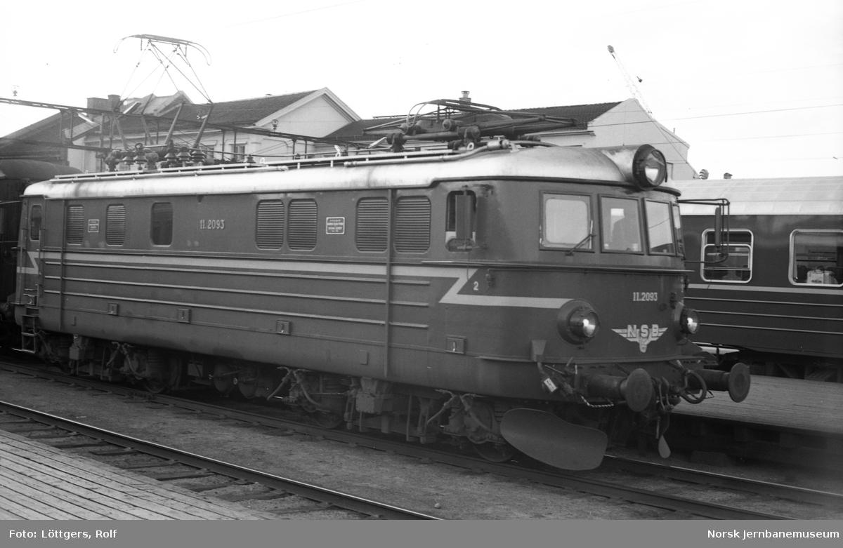 Elektrisk lokomotiv El 11 2093 med persontog på Oslo Østbanestasjon