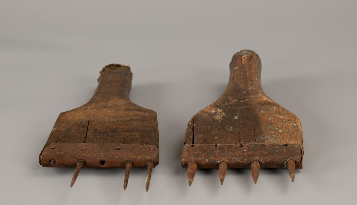 To  spadeformete eikestykker med slåflate i det korte håndtak, den ene jernbeslått  med en ring. Rettavsluttet i den andre ende, beslått med jern, som har spisse jernpigger. a) 3 tynne pigger,  b) har bevart 4 tykkere pigger.