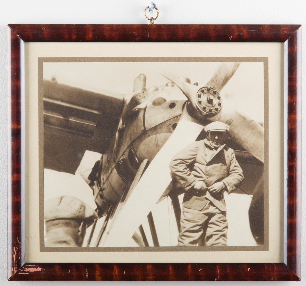 Roald Amundsen foran fly, ved propellen.