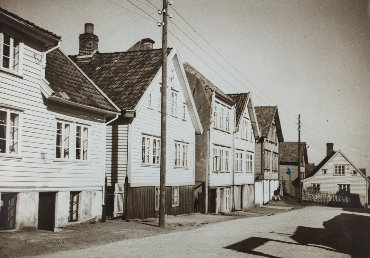 Hasselgata (Verftsveien) sett mot nordvest, ca. 1920.