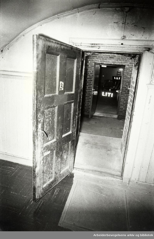 Møllergata 19. Det er nedslitte lokaler politiet forlater etter å ha holdt til her i 112 år. November 1978