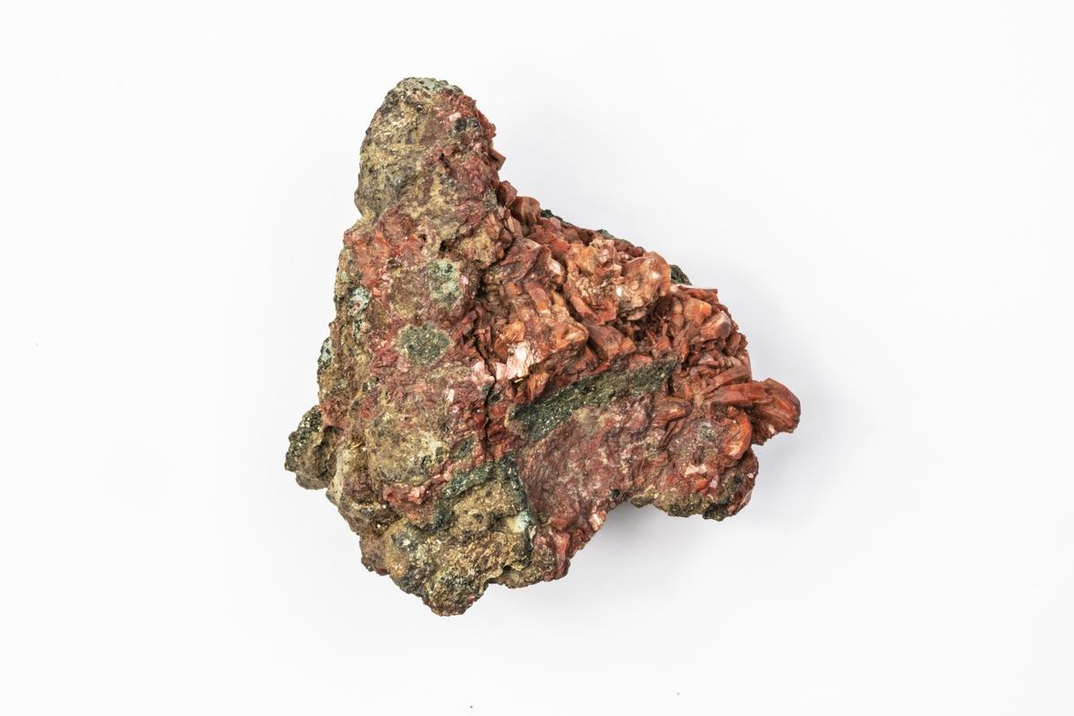 Ett mineral som är en zeolit. Exemplaret kommer ifrån Drio le Pale, i Alto Adige i Italien och tillhör Adolf Andersohns samling.