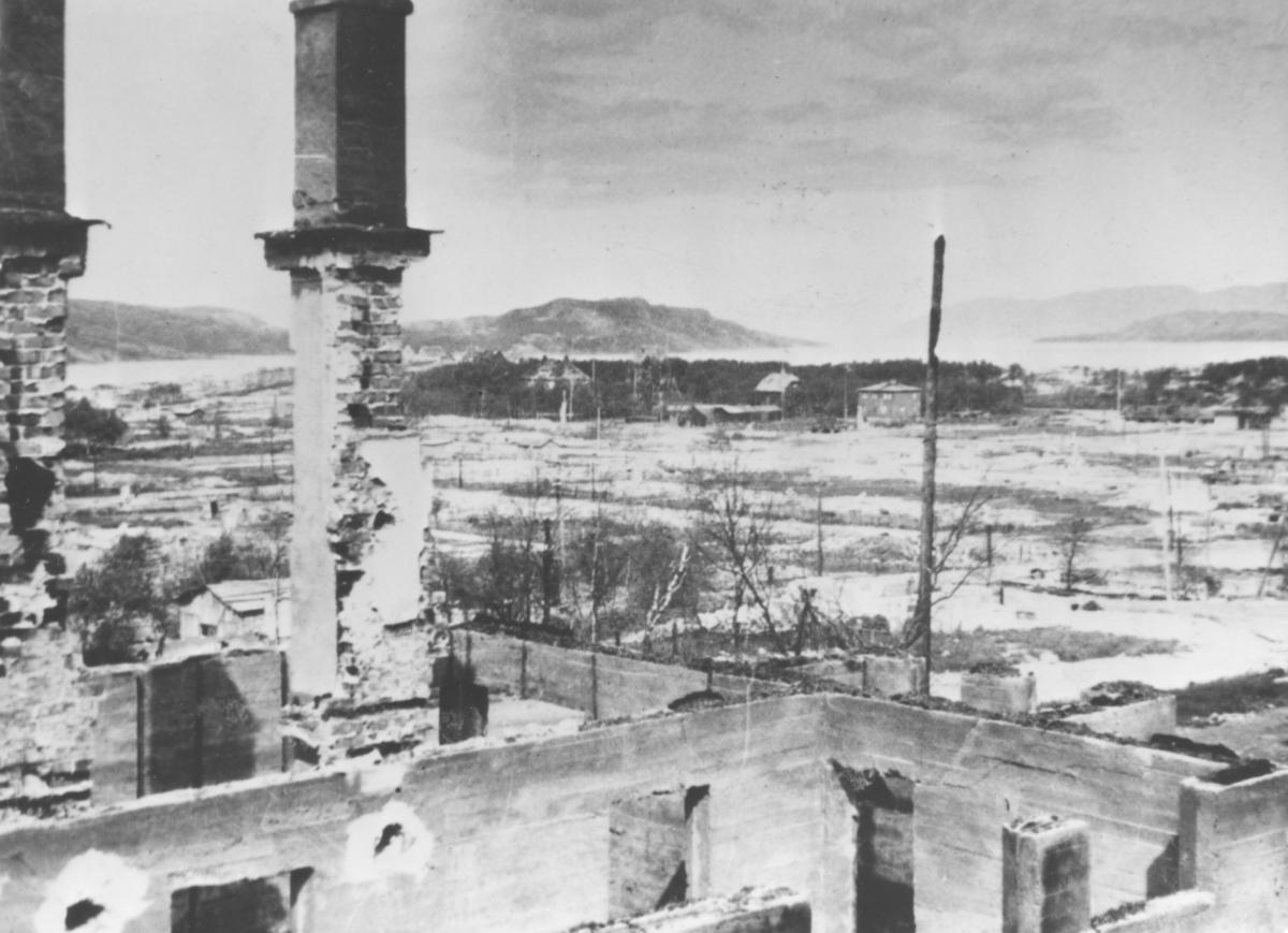 """Etter frigjøring i Kirkenes i november 1944, """"kaldt og dødt""""."""
