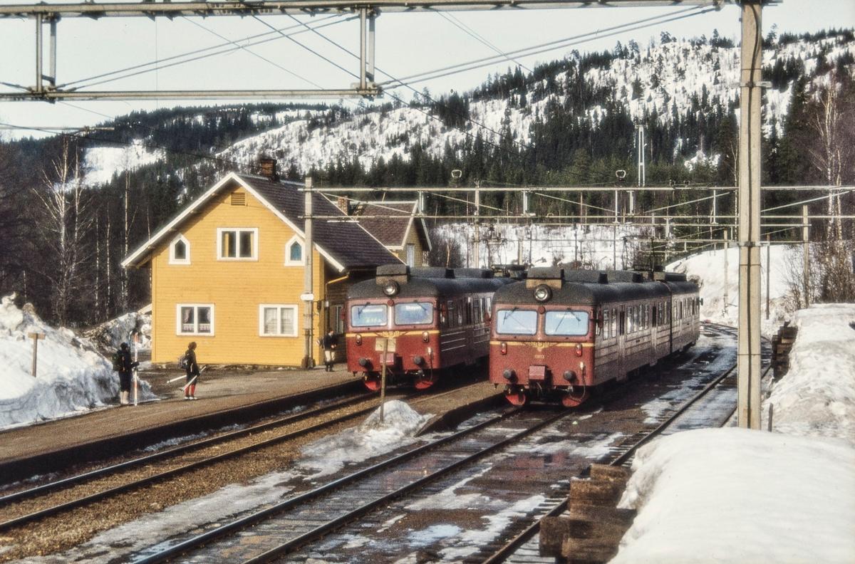 Kryssing mellom lokaltog, begge med motorvognsett type 69, på Sandermosen stasjon
