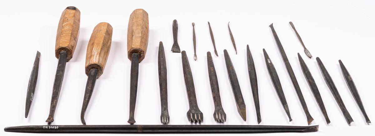 """Verktyg, samling av järn. 51st specialverktyg för skulptering. Endast tre med trähandtag. Mejslar, skavstål mm. På mitten av verktygen inpressad märkning """"DUNEAU"""" och """"GILON""""."""
