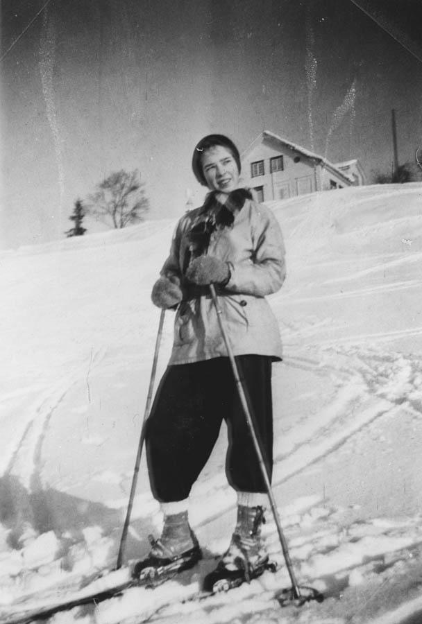 Kari (født Halvorsen) på ski.