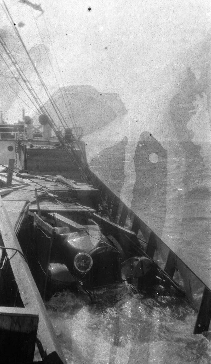 Nærbilde av bil på dekk, mulig dobbeleksponering. STORFOND fraktet blant annet bilder over Atlanterhavet.