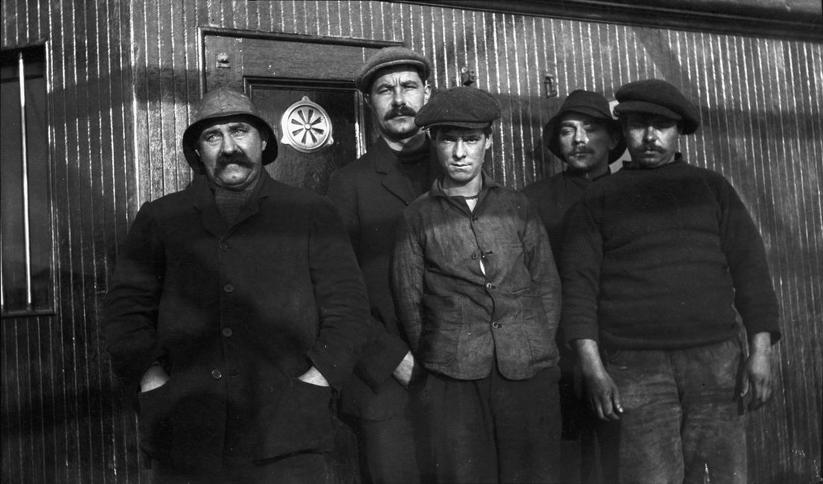 Fem menn foran styrhuset ombord på DS STORFOND. Sannsynligvis mannskapet fra den torpederte skonnerten CONSTANCE MARY som STORFOND plukket opp i den engelske kanal.