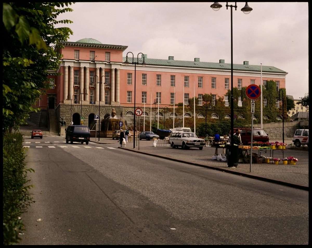 Haugesund rådhus. De to første er tatt fra Rådhusplassen, hvor det er blomstersalg. Det siste er tatt på natta.