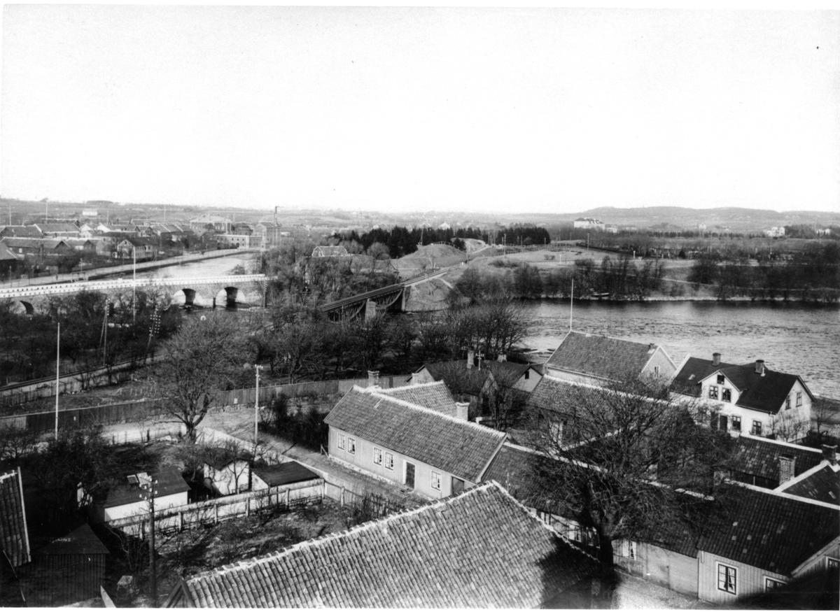 Fotot taget från S:t Laurentii kyrktorn. Visar kv Laxens norra del.