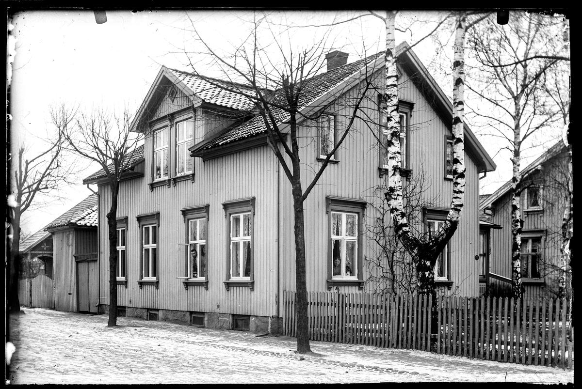 """Svaebakken 14 i Moss, tidligere gateadresse Fridtjof Nansens gate 12 b i Moss. Nabohuset til venstre er med på  bilde nr. MBIF.2000.014-039, det er Fridtjof Nansens gate 12.  Bekreftet at Svaebakken 14, lå mellom bygning på  bilde 039 og Vogtsgate. Se side 138 i """"Moss som den var"""" 2. utgave"""