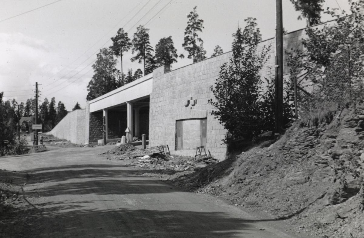 Fra byggingen av banen mellom Lysakerelven og Sørbyhaugen, her ved Bjørnsletta og byggingen av fylling for kryssing av Vækerøveien