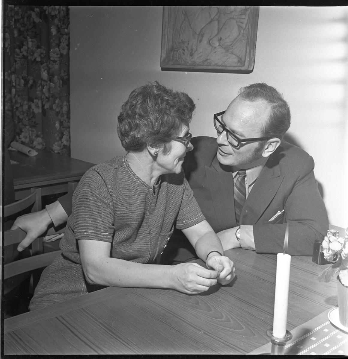 Eleonora och troligen Göran Andersson sitter och samtalar vid ett bord i församlingshemmet.