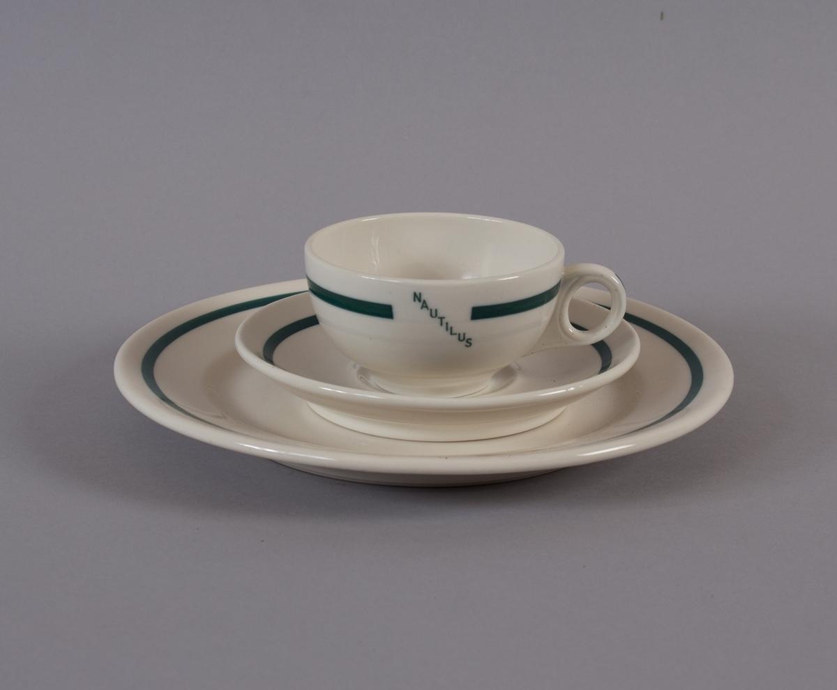 Kaffeservise i tre deler. Består av kopp, tefat og asjett/fat. Har vært brukt ombord i ubåten NAUTILUS