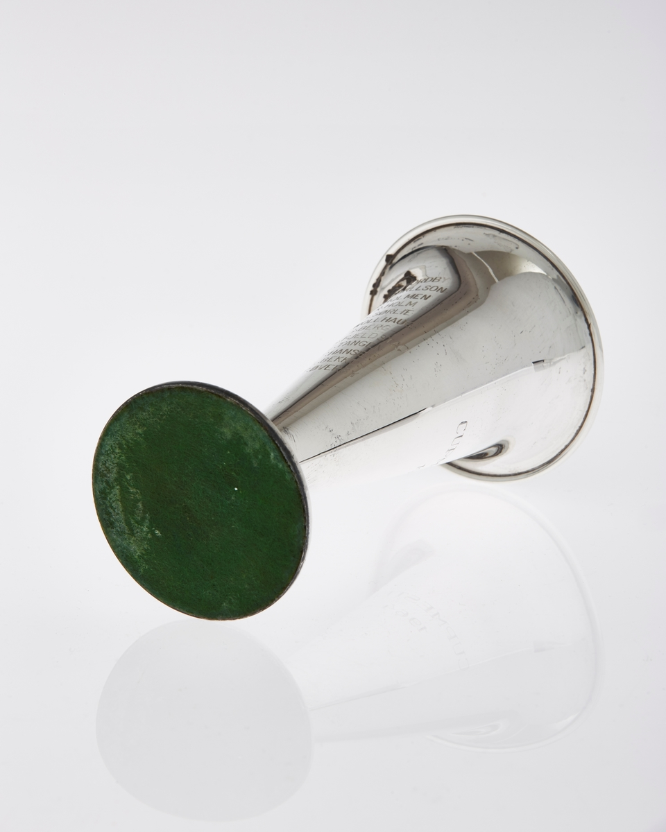 Traktformet pokal med stett, i sølv, med inskripsjoner