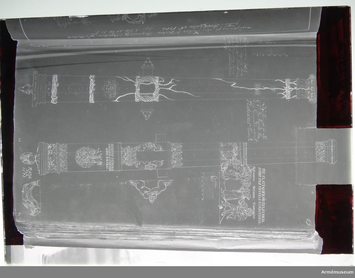 """Grupp A I.  Tillverkad år 1602 i Nieswisch (enl. teckning) för Polen. Kanonen är ett enkelt eldrör. Den har formen av en sprucken jonisk kolonn; de """"ombundna, sammanhållande"""" trossarna utgöra kanonens band och friser, och kapitälet tjänstgör som trumf- förstärkning. Observera: Alla läge-mått är räknade från kolonnbasplattans undre kant. Plattan är i det närmaste kvadratisk: sidan är 39-40 cm, tjockleken är 4,5-5 cm. Dess tjocklek är även inberäknad i måttet på kammarsiraternas bredd.  Druvan har formen av ett rådjurshuvud. Kolonnbasplattans undersida, =kanonens bakplan, är täckt av beslagsornamentik (dels i relief, dels ingraverat) på tätt smårutad botten, punsteknik.  Bottenstycket: På kolonnplattans översida är två av hörnen försedda med naturalistisk växtornamentik (låg relief, på tätt smårutad botten i punsteknik). Runt tre av PLATTANS kantsidor löper ett språkband (mycket enkelt, endast konturristat) med inskriptionen (bokstäverna är utsparade på den sänkta, i punsteknik smårutade botten): MIT GOTES HVLF/GOSS MICH HERMAN MOLTZF/ELT ZV NIESWISCH (/=platthörn), uttytt """"Med Guds hjälp gjöt mig Herman Moltzfelt zv Nieswisch"""".  Fängpanna i egentlig mening saknas. Fänghålet, som sitter mitt mellan kammarsiraterna och kammarbandet, är uppåt förlängt samt vidgar sig något och bildar på så sätt en slags förkrympt fängpanna. Fängpannelock saknas, men fästen därför finnas. Framför kammarbandet (i relief) i form av en enkel, oval ram och inuti denna (i relief) det Radziwilska vapnet (enl. Spak). Kartuschens botten är tätt smårutad (i punsteknik). Framför denna - ungefär mitt på bottenstycket - finns ytterligare ett kammarband: läge 79,2 cm, bredd 5 cm. Mellan extra kammarbandet och bakfrisen en kartusch (relief) i beslagsornamnetik och inuti denna inskriptionen (bokstäverna i plattrelief på smårutad botten i punsteknik): NICOLAVS CHRI/ STOPHORVS RADZIVIL/D.G. OLICA AC IN. NIE/SWISCH DVX ANNO DOMINI MDCII (Nikolas Kristofer Radziwil, med Guds nåd hertig till Olica och Niesw"""