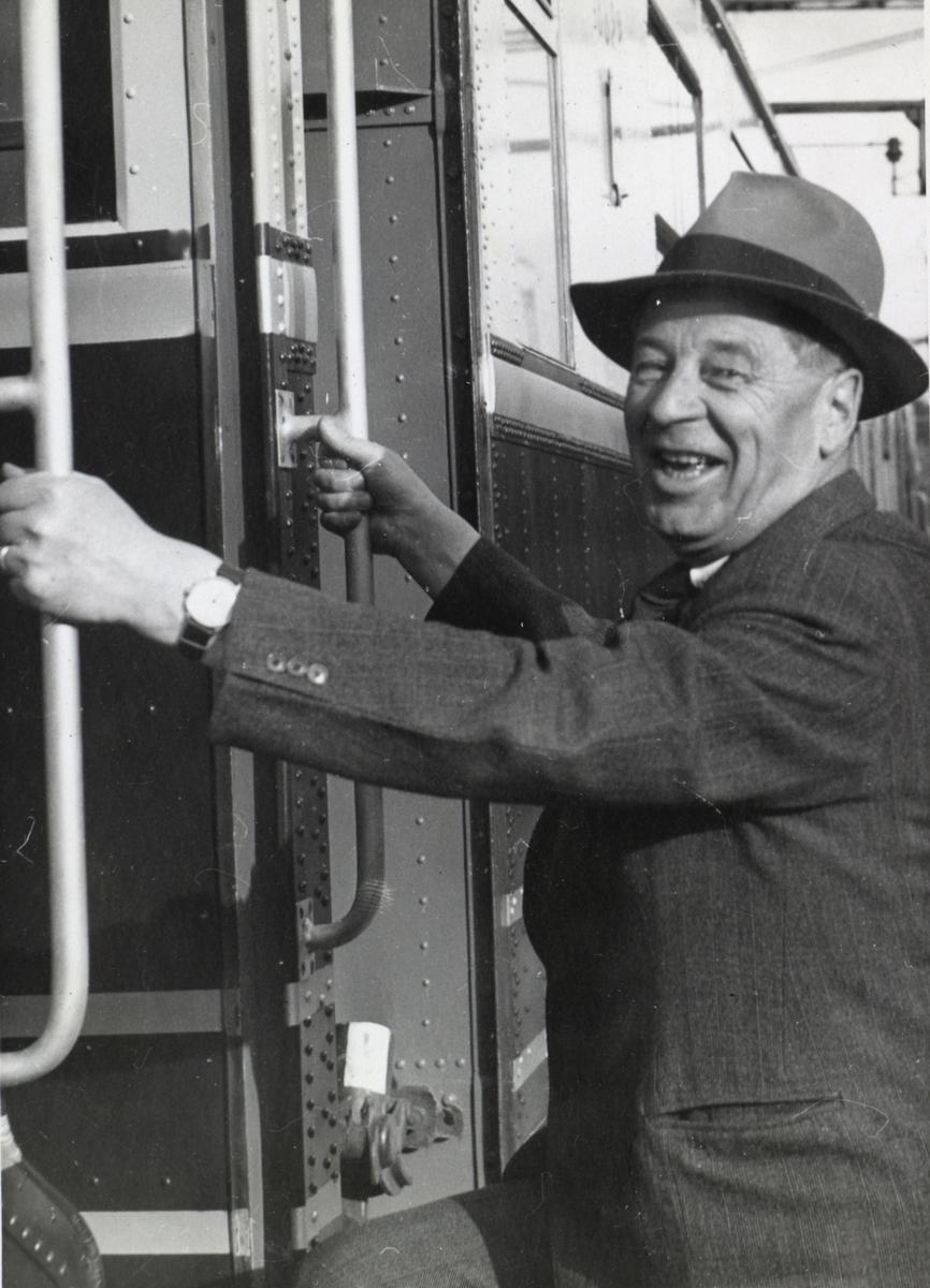 Fra en prøvetur med elektrisk motorvognsett type 106. Adolf Bech går ombord i toget