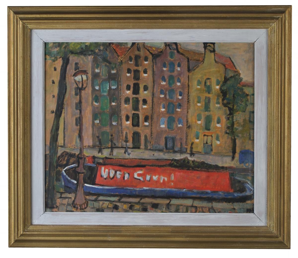 """Målning """"Pråm vid Brouwergracht""""  Oljemålning på pannå (masonit). Kanal som helt upptas av en pråm med någonting rött i, enstaka träd. Lyktstolpe tv. Fonden enrad höga smala hus, med gavlar utåt kanalen (magasiner?) Signerad G. Fängström 48."""