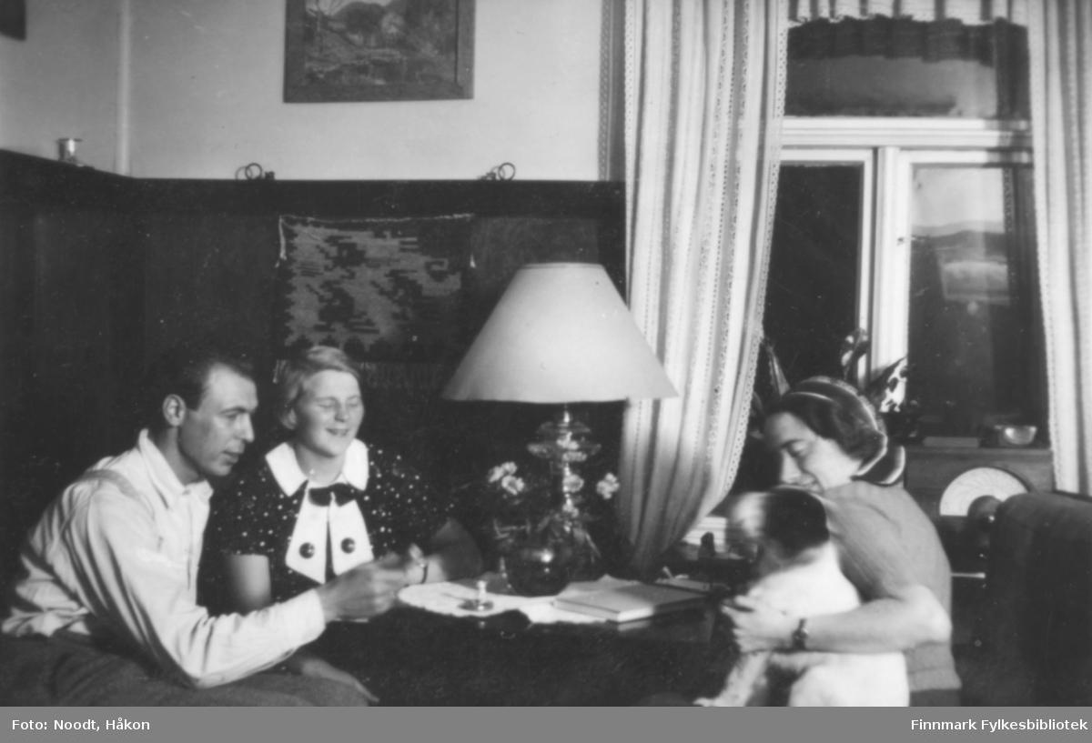 Kistrand, Nygård, 1938. Fra venstre: Leif og Mossik Noodt, og Mosse Sætrum med hunden. Kistrand er et kirkested og handelssted i Porsanger kommune i Finnmark. Stedet ligger på vestsiden av Porsangerfjorden, ca. 56 km nord for Lakselv.